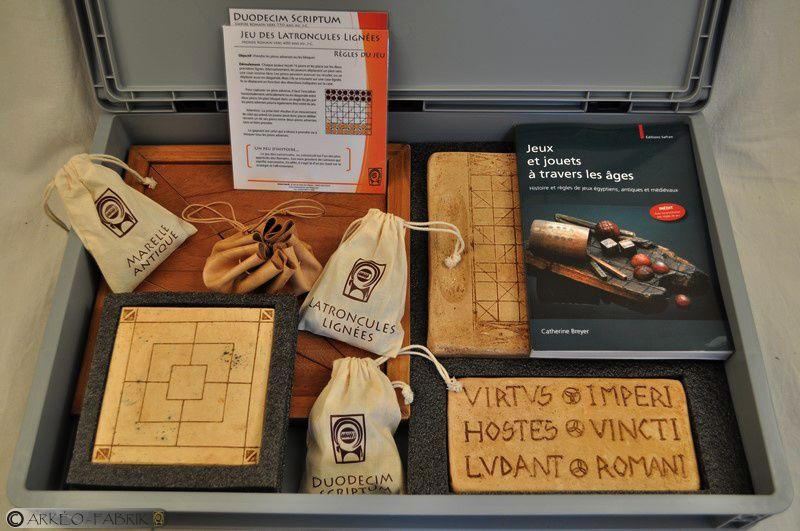 Mallette Jeux Antiques : duodecim scriptum, latroncules lignées, loculus archimedius, marelle antique et marelle à trois.