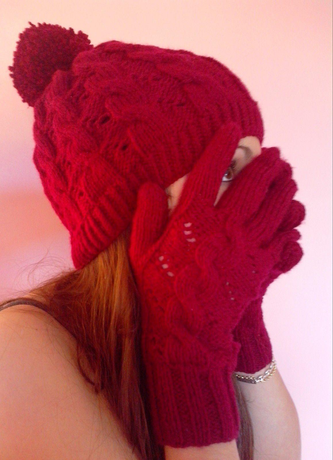Pour les gants j'ai utilisé un patron de mitaines et ai ajouté des rangs pour les doigts et calé le motif sur 16 mailles sur le dessus de la main, le tuto est dans les explications du bonnet d'hermione. Quand au col j'ai pris un fil double de laine en 5 et j'ai fait un répétition du point faintaisie du bonnet. La longueur reste au choix :)