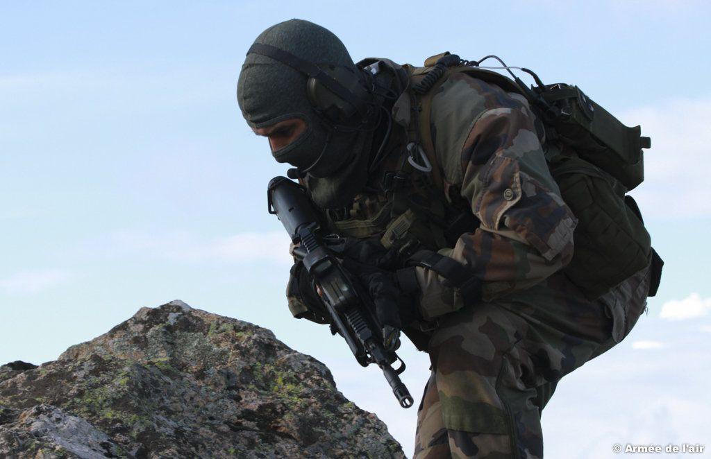 Progression d'un commando parachutiste de l'air dans la moyenne montagne corse