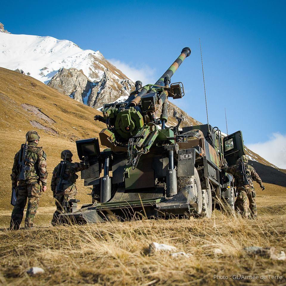 Mise en place d'un CAESAR (camion équipé du système d'artillerie), par la 1re section de la 4e batterie du 93e RAM.