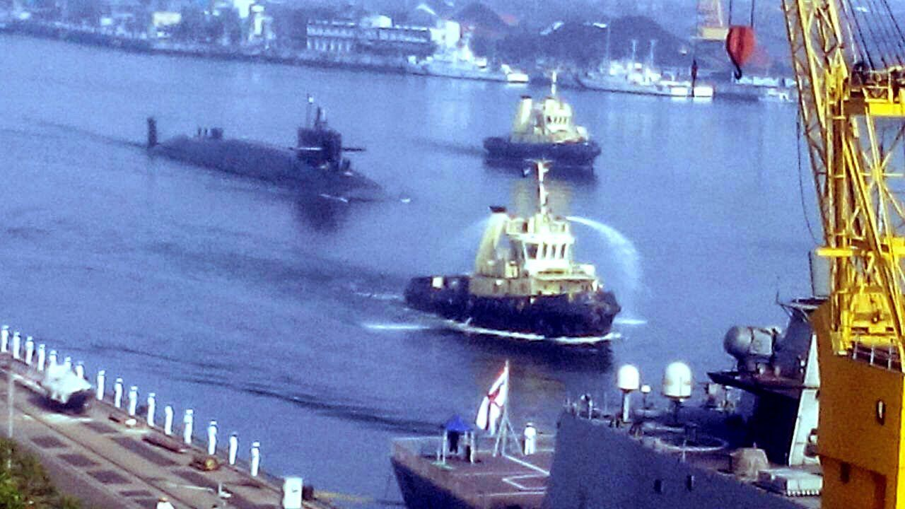 INS Arihant leaving Visakhapatnam harbour (dec 2014) - source Livefist
