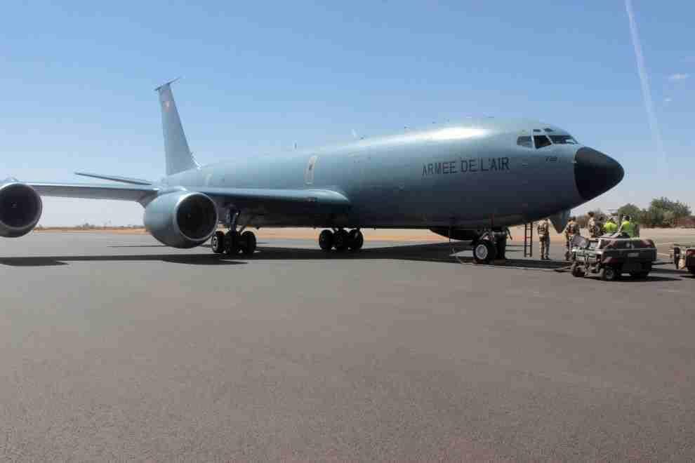 Barkhane : atterrissage du premier ravitailleur C135 à Niamey