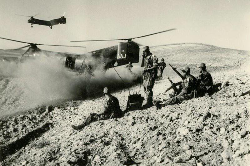 Débarquement de soldats en Algérie depuis un hélicoptère Vertol H-21 -  Musée de l'ALAT