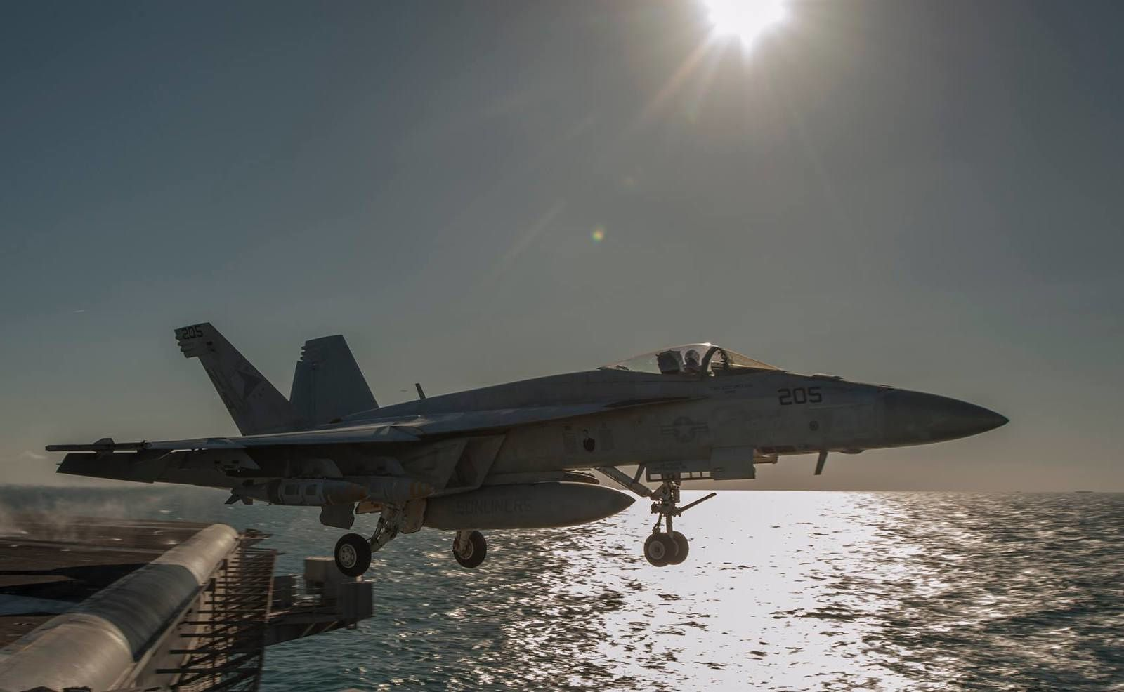 An F/A-18E Super Hornet from the Sunliners of Strike Fighter Squadron (VFA) 81 - photo USS Carl Vinson