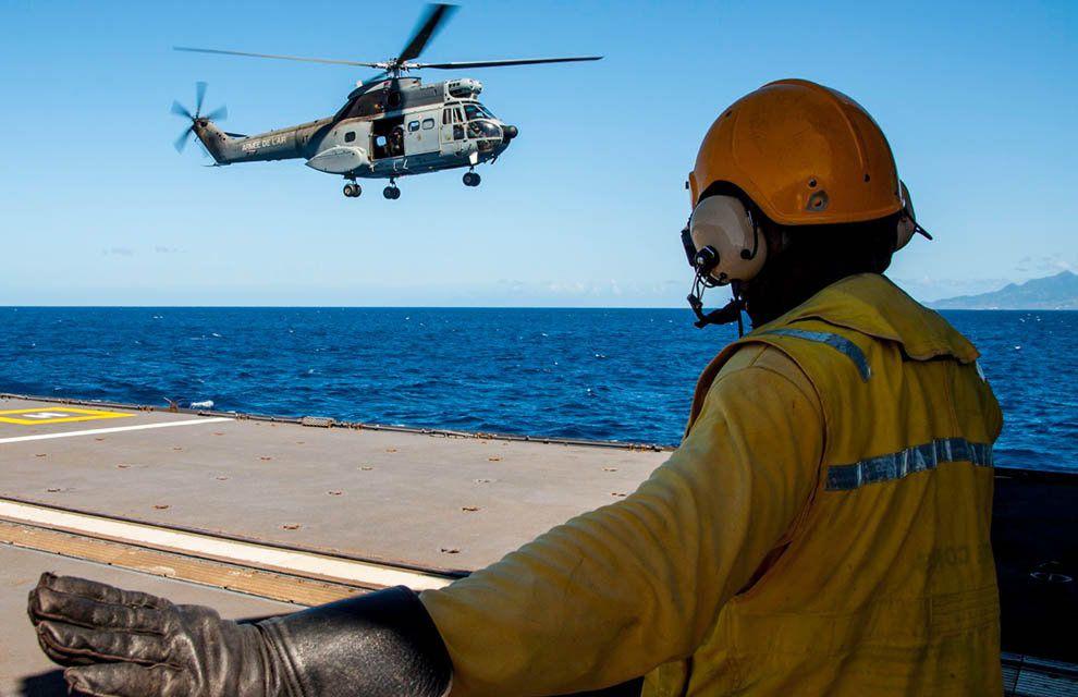 FAA : Entraînement d'appontage d'un hélicoptère Puma sur la FS Germinal