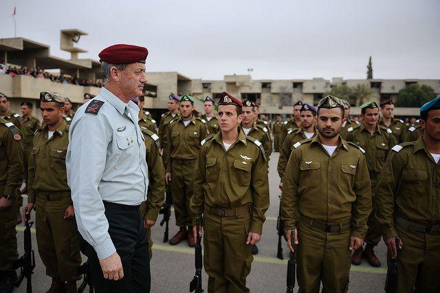 Le Chef d'État-major Benny Gantz passe les troupes en revue lors de la cérémonie de fin du cours d'officier des Forces Terrestres de Tsahal hier (mardi 14 février)