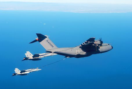 Un A400M ravitaillant deux F/A-18 photo Airbus DS