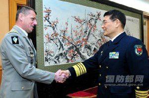 Poignée de main entre le général de Brigade Benoit Orsay et le général Sun Jianguo
