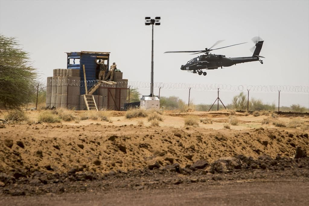 A Dutch Apache attack helicopter in Mali - photo Defensie.nl