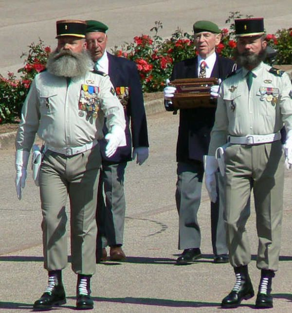 Aubagne Camerone 2006. Porteur de la Main major Otto Willems - photo Légion Etrangère