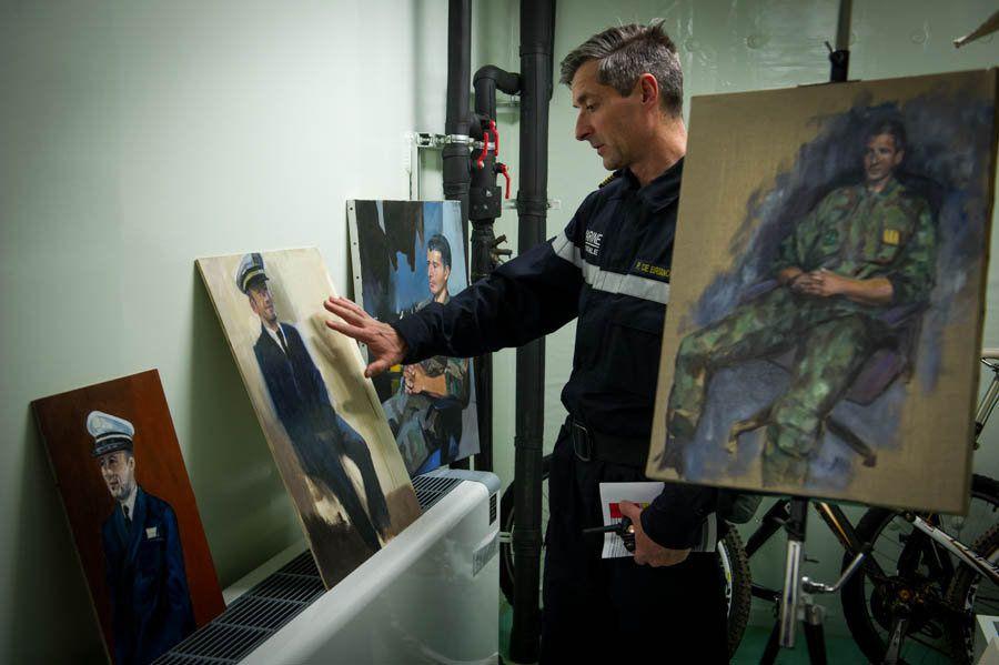 Le Pacha du Dixmude visite l'atelier des peintres  - photo Erwan RABO - ECPAD