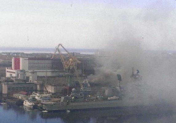 Le sous-marin nucléaire en feu sur le chantier naval de Zvezdotchka, dans le nord du pays, le 7 avril. photo RT.com