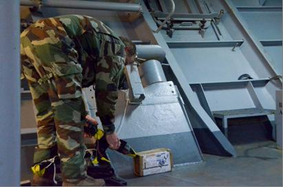 Exercice de destruction d'un Engin Explosif Improvisé avec un canon à eau - photo Marine nationale