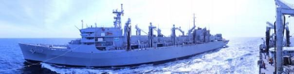 L'USNS « Rainier », vu depuis la « Meuse » - photo Marine Nationale