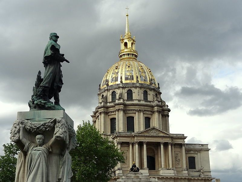 Place Vauban, 7e arrondissement de Paris : la statue du maréchal Gallieni face à l'église du dôme des Invalides. photo Julien Morvan