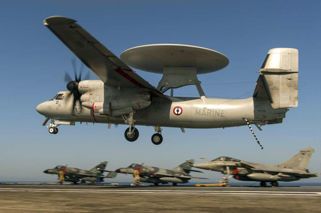 Le Hawkeye ou E2C, apponte sur le porte-avions - photo Marine Nationale