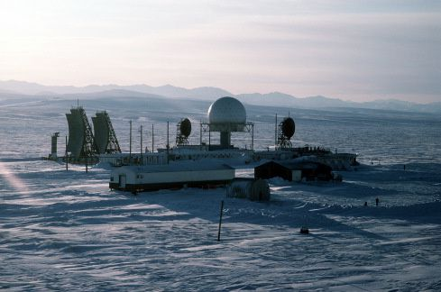 Vue aérienne de la station radar américaine du réseau DEW à Point Lay en Alaska. (Photo: Sergent Donald L. Wetterman, US Air Force)