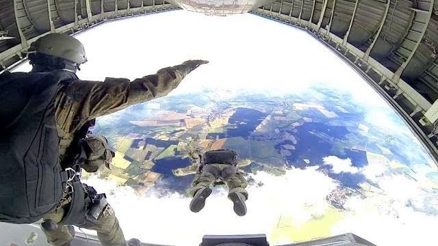 Fallschirmjäger trainieren Freifall