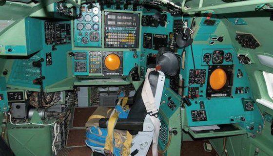 Le cockpit du Tupolev Tu-95 est resté dans un style très Guerre Froide – photo Aerobuzz