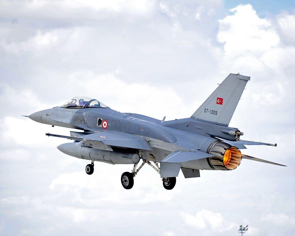 L'aviation turque bombarde des bases des rebelles kurdes en Irak et en Turquie