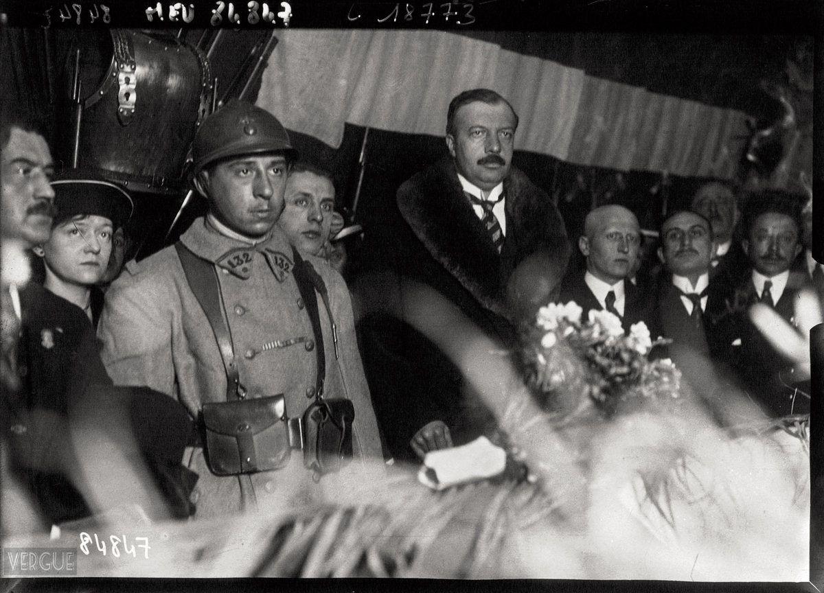 Le soldat Auguste Thin, qui vient de désigner le cercueil du soldat inconnu, à côté du ministre Maginot. 10 novembre 1920. - photo Agence de presse Meurisse.jpg