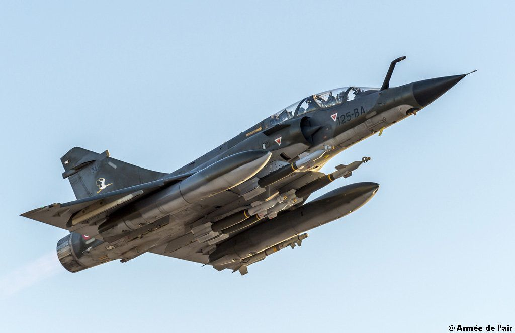 Décollage d'un Mirage 2000N armé de quatre GBU 12 - photo EMA / Armée de l'Air