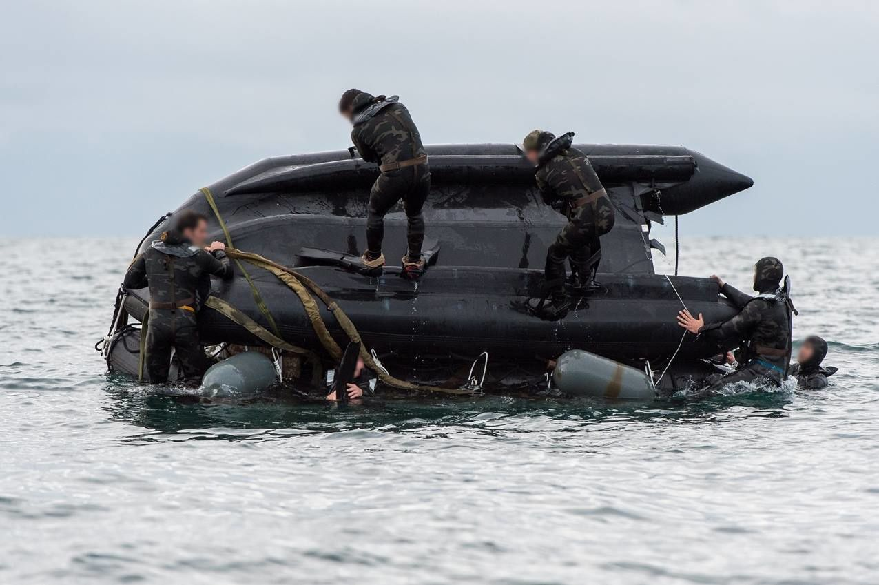 Une embarcation motorisée est déconditionnée par les commandos marine qui viennent de sauter à la mer. Crédit L. Bernardin Marine nationale