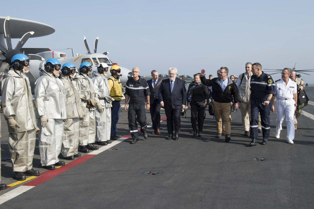 Ashton Carter, secrétaire à la Défense US sur le PA Charles de Gaulle - photo EMA / Marine nationale