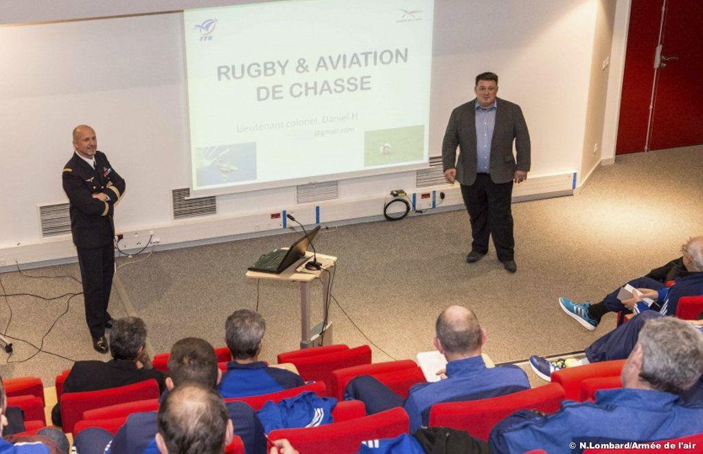 Conférence du colonel Daniel, qui compare les exigences du métier de pilote de chasse, à celles du métier de joueur de rugby de haut niveau - photo Armée de l'air