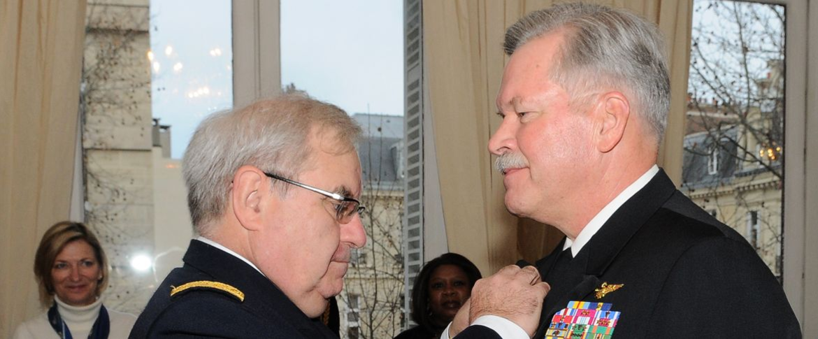 Le CEMM remet la médaille d'officier de l'ordre national du mérite au VAE Mark I. Fox (US Navy)