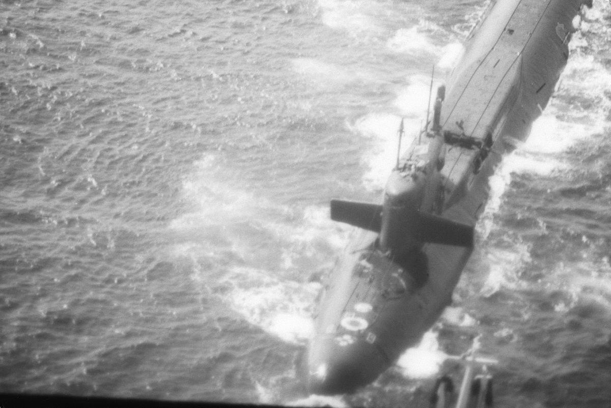 Le K-219 en surface, le silo endommagé apparaît en arrière du kiosque. photo US Navy