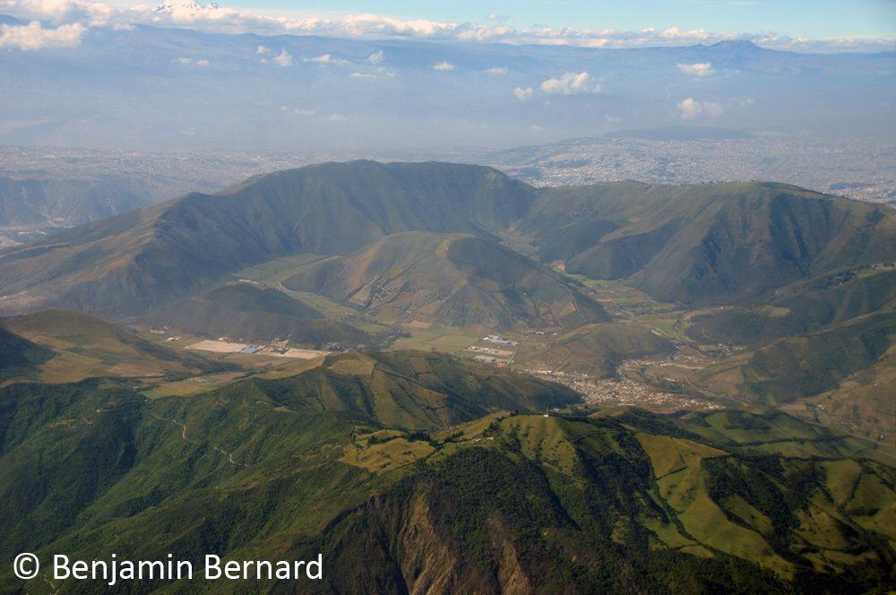 La caldeira du volcan Casitagua et son dôme central avec Quito en arrière-plan.