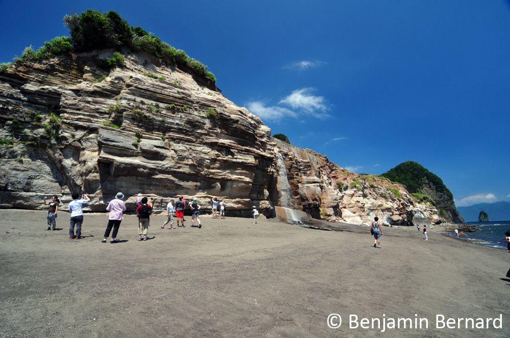 La falaise qui borde le golfe de Yamakawa correspond à un empilement d'ignimbrites (coulées pyroclastiques à ponces et cendre) associées à la caldera d'Ikeda.