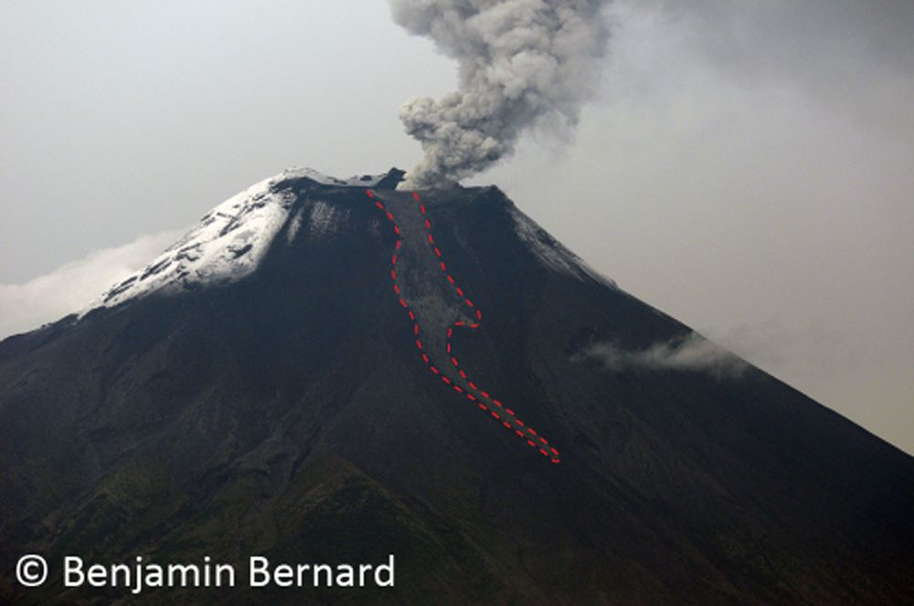 Coulée de lave du 5 décembre 2010 décendant par le flanc nord-ouest du volcan. La deuxième photo fut prise en 2011. A l'heure actuelle la coulée a presque disparu sous les coulées pyroclastiques récentes.