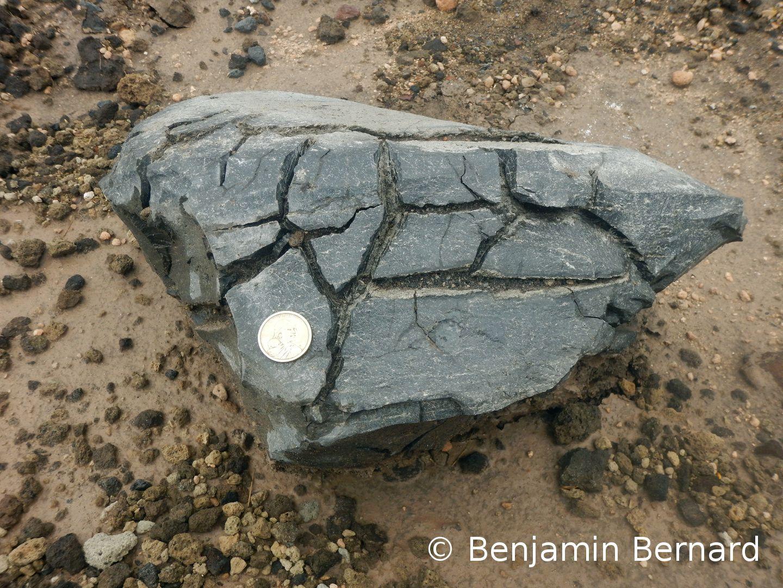 Bombe en croûte de pain près du refuge du volcan Cotopaxi, environ 31,5 cm de diamètre (la pièce de 1 dollar pour échelle mesure 2,6 cm)