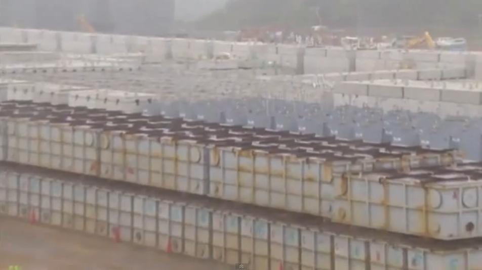 Déchets et eau radioactive s'accumulent à la centrale de Fukushima