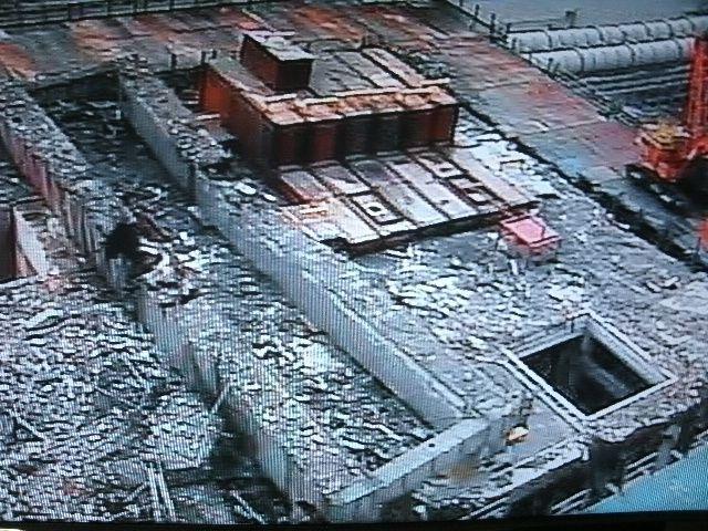 1 : A droite, on voit la piscine de combustible recouverte d'une toiture protectrice qui a été posée pour la durée des travaux de déblaiement du niveau technique.