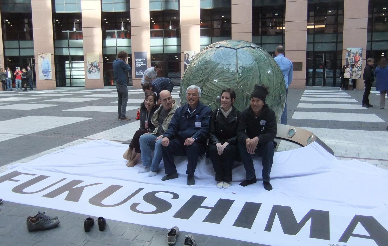 Cinq membres de l'équipe lors de la commémoration organisée par Europe Ecologie les Verts au Parlement européen le 11 mars 2014