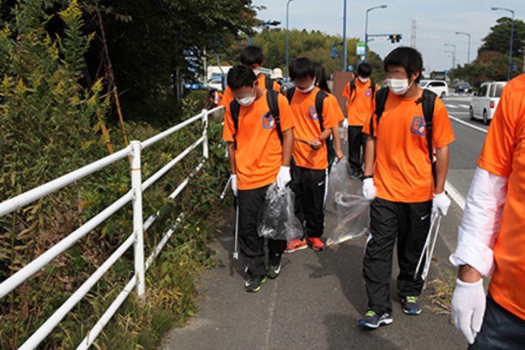 Les petits bénévoles innocents qui nettoient la route radioactive