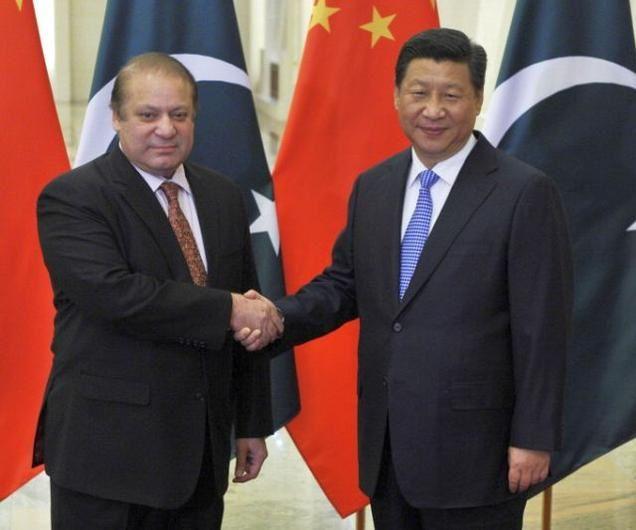 Le Premier ministre Nawaz Sharif et le Président Xi Jinping se serrent la main : la Chine accepte de construire de nouvelles centrales nucléaires au Pakistan.