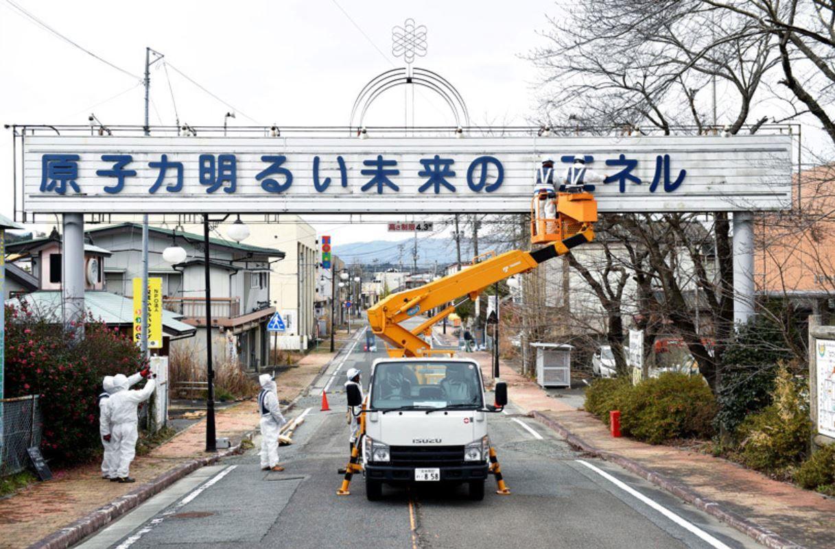 Démontage de la bannière en décembre 2015 (source Asahi Shimbun)