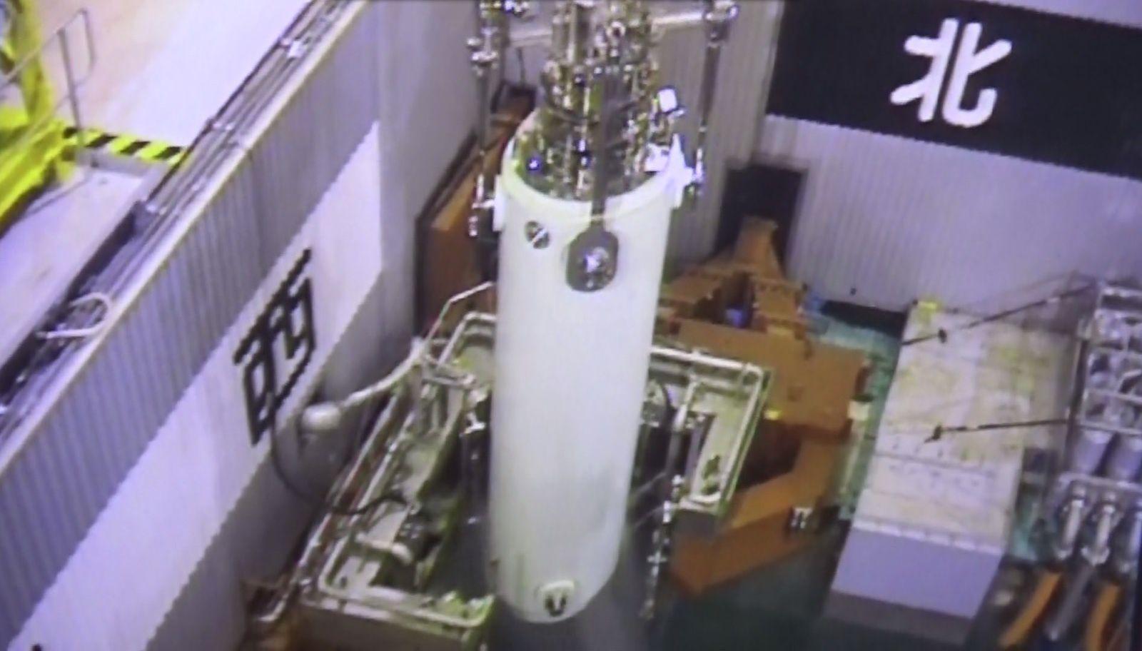 La grue sort le conteneur de la piscine du réacteur 3 (capture vidéo Tepco).
