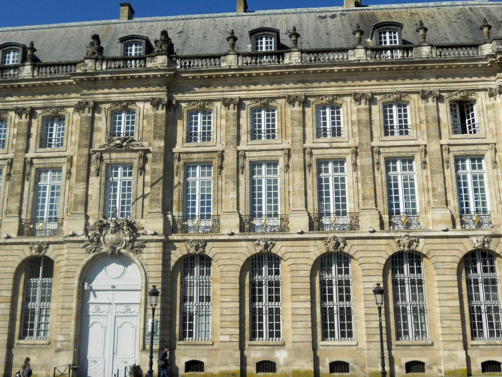 les belles façades de Bordeaux quais rive gauche, place de la Bourse