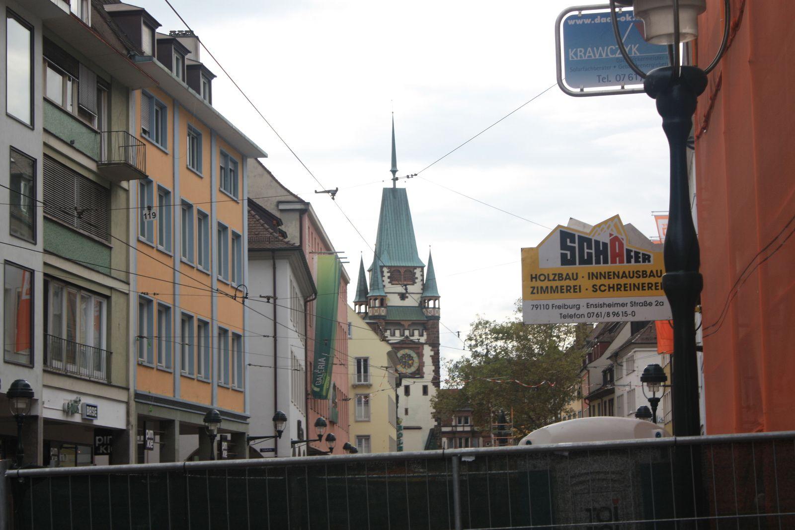 Fribourg : fenêtres ,façades,  et les portes  Martinstor et Schwabentor