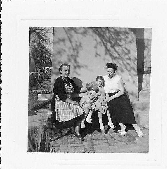 ma grand-mère à gauche , mon cousin , moi et ma mère à Blagny Ardennes
