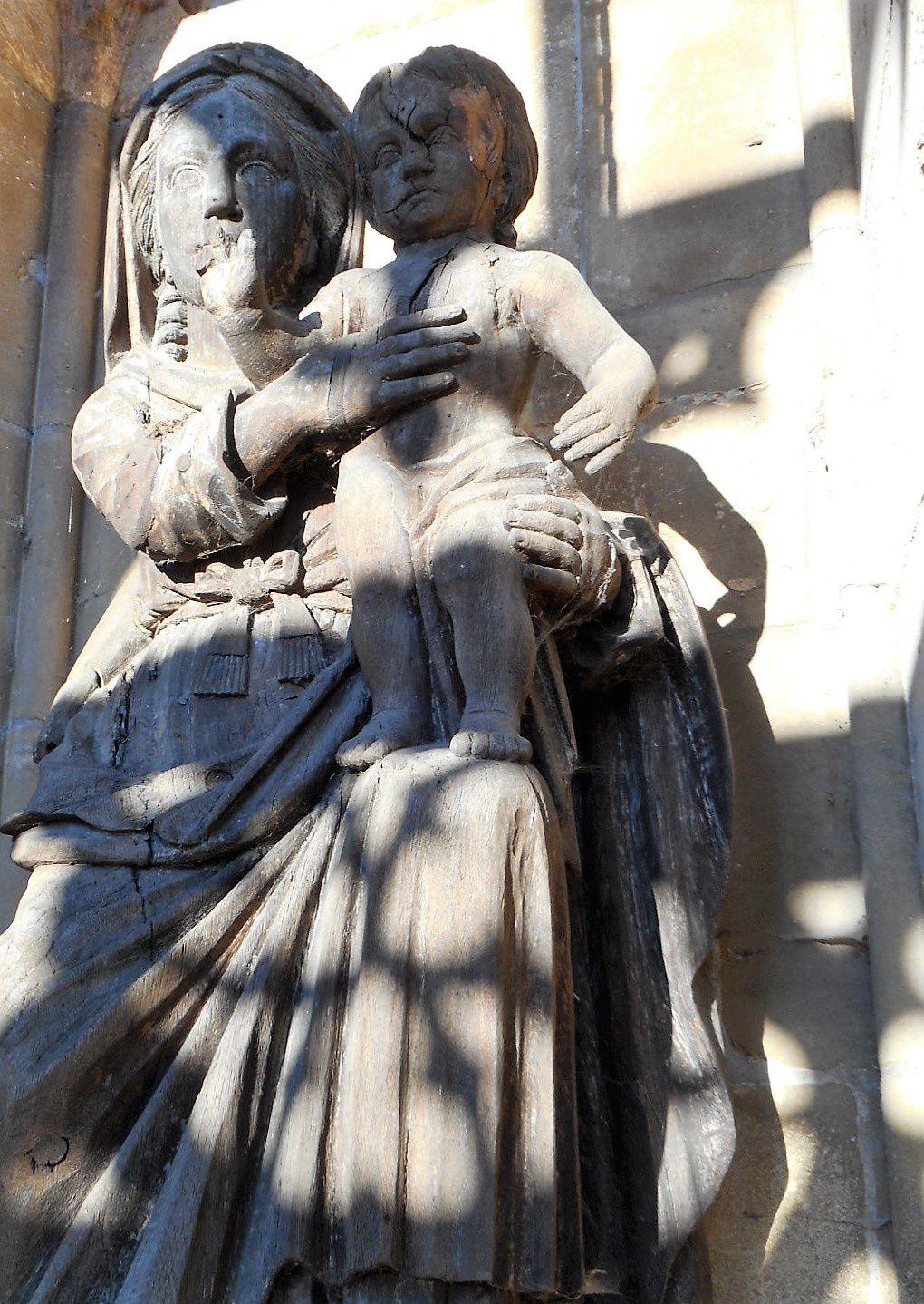 statue de la vierge en bois dans l'édifice la Recevresse. devant la basilique à Avioth