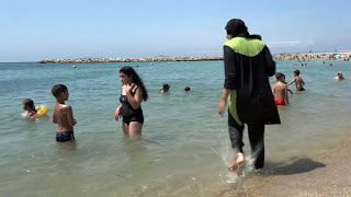 Burkini et subventions saoudiennes