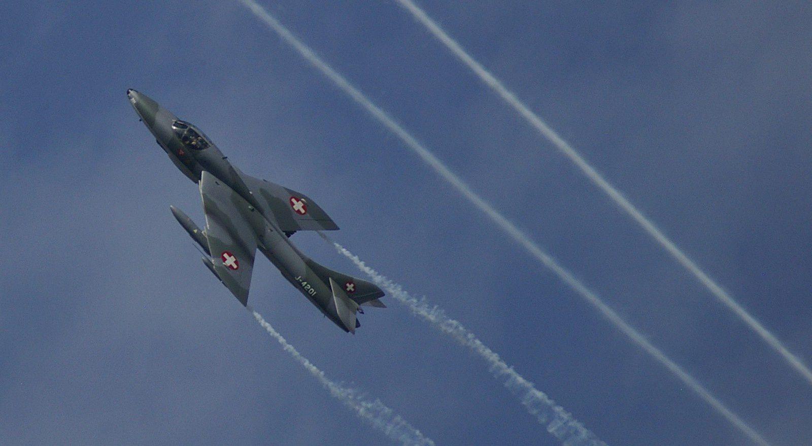 Hawker Hunter. Il volait en patrouille avec le Sea Fury, je suis tout surpris d'avoir réussi à faire une photo nette.