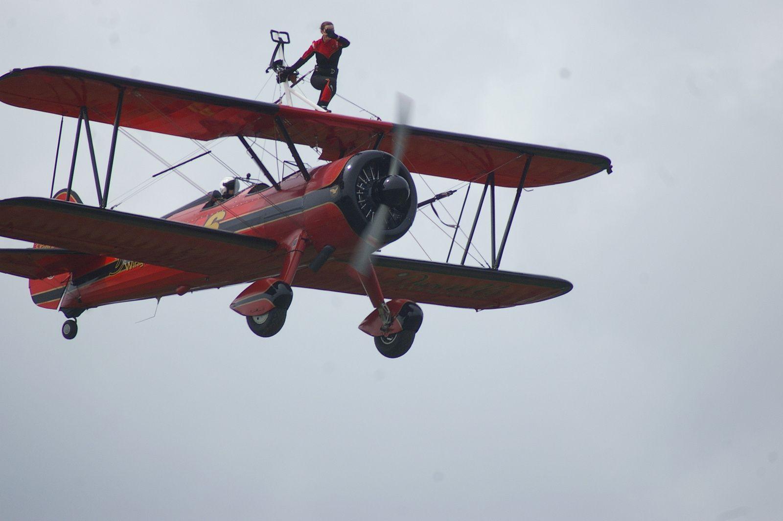 Wingwalker &#x3B;.. La jeune femme se place d'abord sur l'aile supérieure du PT13 et ensuite elle va se promener entre les deux plans