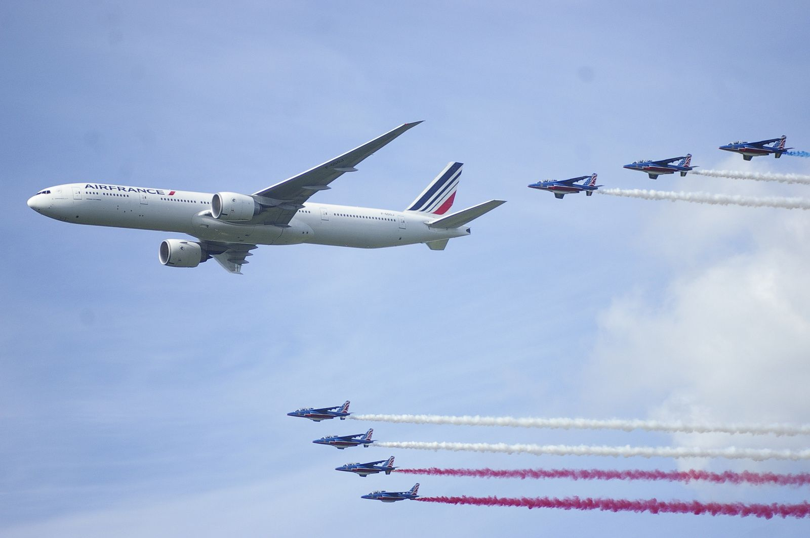 La patrouille de France escortant un Boeing 777/300